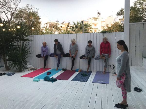 Popołudniowe ćwiczenia jogi grupy kobiet z Jeleniej Góry