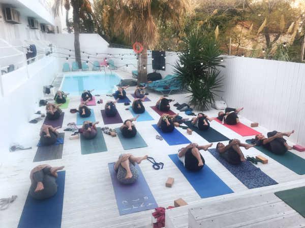 Kobiety ćwiczące jogę na matach, wyjazd za granicę z Jeleniej Góry